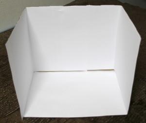 ダンボール箱内面に白い画用紙を貼った様子